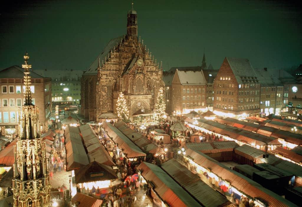 Blick auf den Nürnberger Christkindlesmarkt_Foto nuernberg.de Copyright Uli Kowatsch