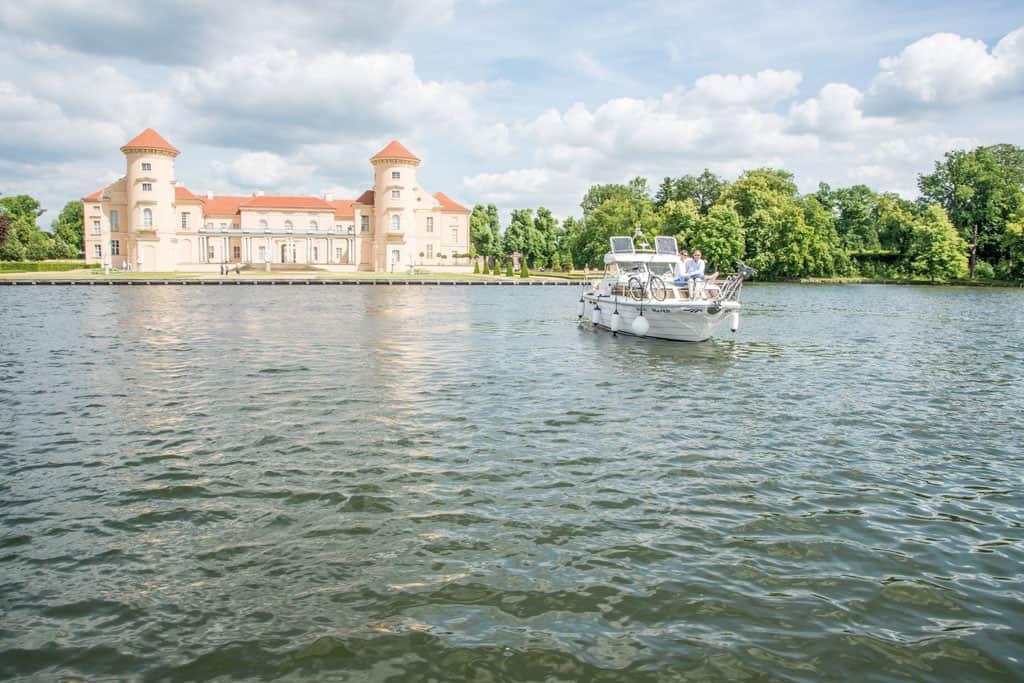 Hausboot vor Schloss Rheinsberg