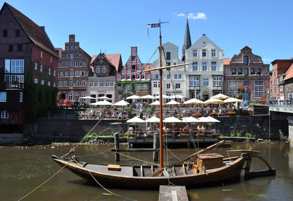 Der Stintmarkt Das Lüneburger Wasserviertel Lädt Mit Seiner Pittoresken Ansicht Zum Verweilen Ein.