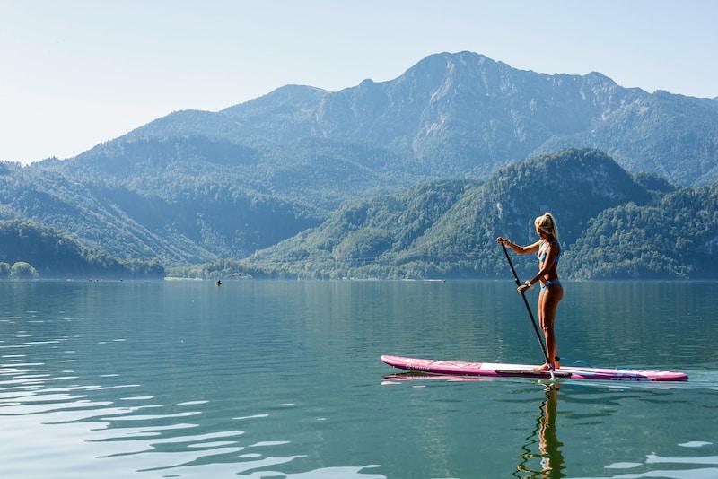 Stand-Up-Paddling und Stand-Up-Yoga sind beliebte Wassersportarten: Sie verbinden Bewegung und Meditation auf eine ganz besondere, harmonische und ganzheitliche Weise. (Foto: HLC/Tourist Information Kochel a. See/©Udo Bernhart)