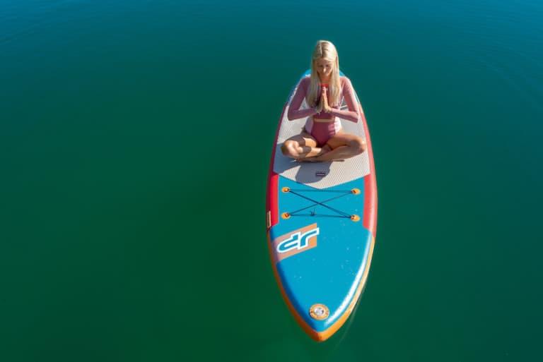 Yoga wirkt beruhigend auf Körper und Geist. Praktiziert man die Übungen auf einem Bord inmitten der stillen Weite des funkelnden Kochelsees, wirkt die Tiefenentspannung gleich doppelt nachhaltig. (Foto: HLC/Tourist Information Kochel a. See/©Udo Bernhart)