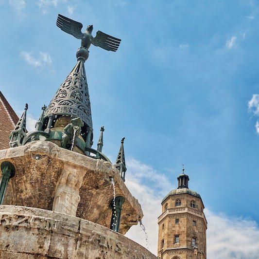 Wer sich auf Erkundungstour durch Nördlingen begibt, entdeckt den Kriegerbrunnen vor der St.-Georgs-Kirche. Er ist nur eine der vielen sehenswerten Attraktionen in der historischen Altstadt. (Foto: epr/Tourist-Information Nördlingen)