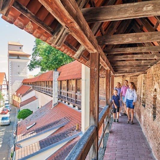 Einen atemberaubenden Ausblick auf die romantische Altstadt Nördlingens bietet sich von der Stadtmauer. Die 2,7 km lange Wehranlage ist rundum begehbar. (Foto: epr/Tourist-Information Nördlingen/Trykowski)
