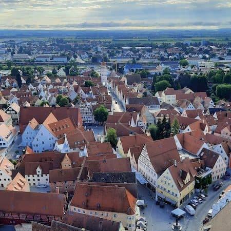 Wer Höhenluft schnuppern möchte, erklimmt die 350 Stufen des Glockenturms Daniel, des Wahrzeichens von Nördlingen Von hier oben aus hat man einen tollen Blick auf den Marktplatz und das Ries! (Foto: epr/Tourist-Information Nördlingen)
