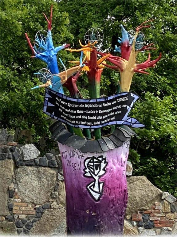 Am Westportal heißt ein Turisedischer Blumenstrauß die Besucher willkommen. (Foto: epr/ Künstlerische Holzgestaltung Bergmann GmbH)